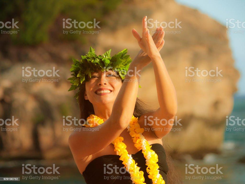 Hawaiian Hula-Tänzerin auf den Strand von Kauai – Foto