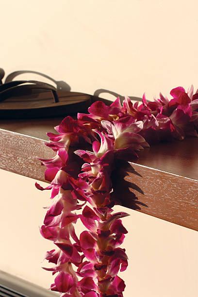 hawaiian lei - flitterwochen flip flops stock-fotos und bilder