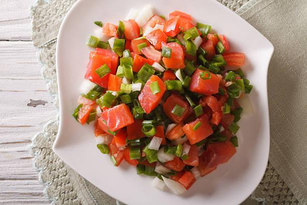 hawaiian lomi lomi salad close-up on the table. horizontal - hawaiianischer salat stock-fotos und bilder
