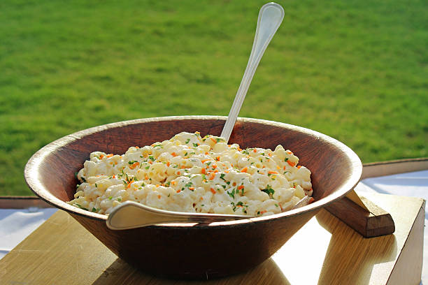 hawaiian makkaroni nudeln salat - nudelsalat zum grillen stock-fotos und bilder
