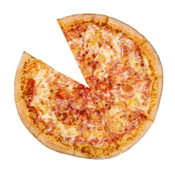 hawaiian pizza zonder één segment geïsoleerd op een witte achtergrond. pizza met vlees, ham, paprika en ananas. bovenaanzicht. - dikke pizza close up stockfoto's en -beelden