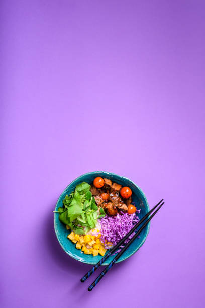 hawaiian poke bowl with rice, beef.asian kitchen. - banchi di pesci foto e immagini stock