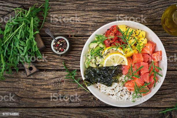 ご飯アボカドマンゴートマトゴマ海藻とハワイアンのサーモン ピンクの魚突くボウル鉢の石仏ダイエット食品平面図ですフラットを置く - おやつのストックフォトや画像を多数ご用意