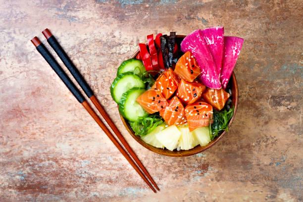 hawaiian lachs stecken schüssel mit algen, wassermelone rettich, gurke, ananas und sesam. lay-flat-kopie raum hintergrund, gemeinkosten, - hawaiianischer salat stock-fotos und bilder