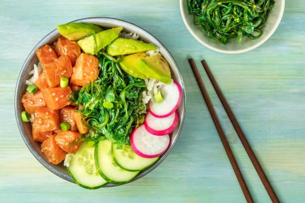 hawaiian lachs poke salat mit wakame und raum zu kopieren - hawaiianischer salat stock-fotos und bilder