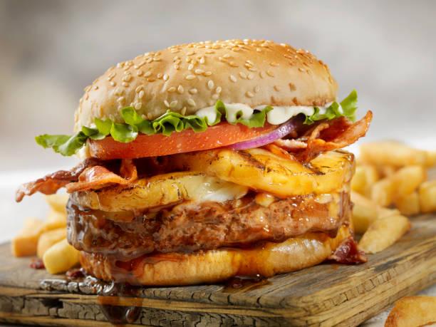 Hawaiian Teriyaki, Ananas und Bacon Burger mit Pommes frites – Foto