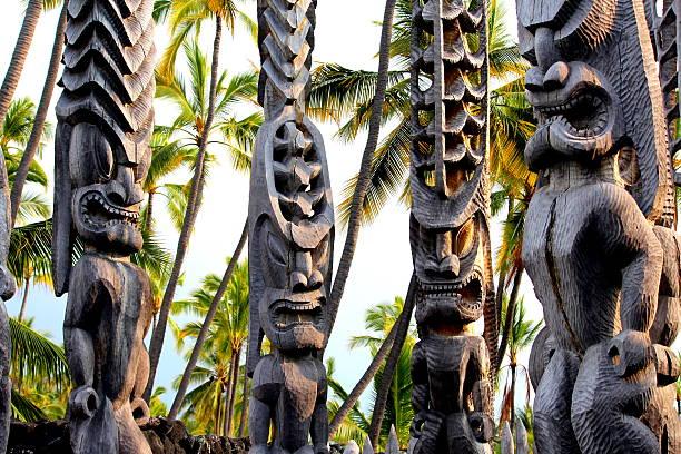 Hawaiian Tikis, steht an dem Ort der Erholung, Kona, Hawaii – Foto