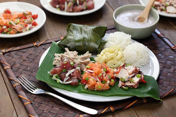 hawaiian traditionellen plate lunch - hawaiianischer salat stock-fotos und bilder