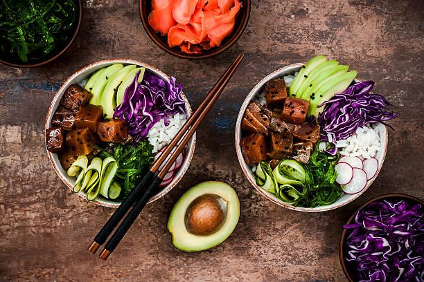 hawaiian tuna poke bowl with seaweed, avocado, red cabbage, radishes - carpaccio salat stock-fotos und bilder