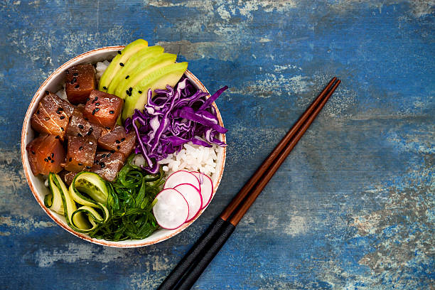 hawaiian tuna poke bowl with seaweed, avocado, red cabbage slaw - gerichte mit reis stock-fotos und bilder