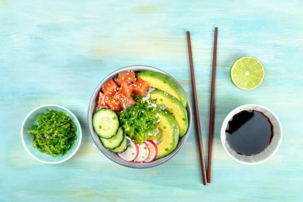 hawaiian thunfisch poke salat mit wakame und kopie raum - hawaiianischer salat stock-fotos und bilder