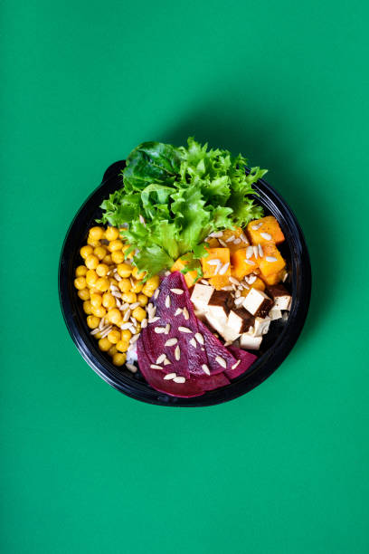 hawaiian vegetarische poke schüssel mit tofu, kichererbsen, rote beete und kürbis zu gehen. - hawaiianischer salat stock-fotos und bilder