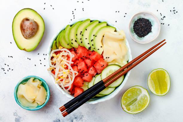 hawaiian wassermelone poke schüssel mit avocado, gurke, mung sojasprossen und eingelegtem ingwer. ansicht von oben, gemeinkosten, flach - hawaiianischer salat stock-fotos und bilder
