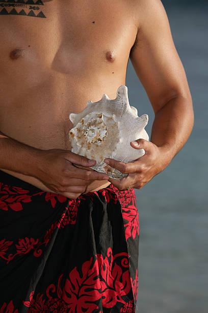 hawaiian mit seashell - shell tattoos stock-fotos und bilder