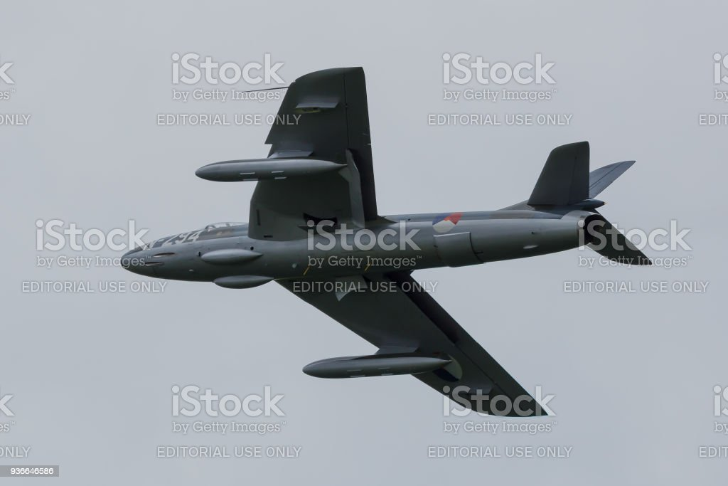 Hawker Hunter in de kleuren van de Nederlandse Luchtmacht vliegt door foto