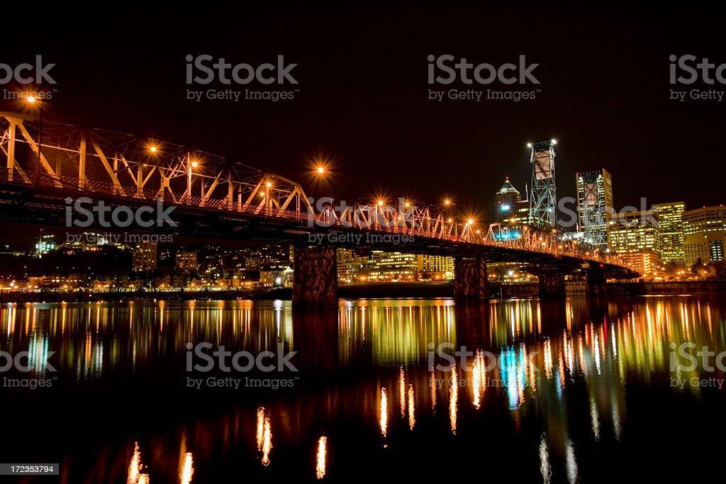 Hawthorne Bridge de noche sobre el río Willamette, Portland, Oregon foto de stock libre de derechos