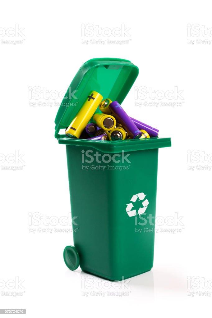 有害廢物的回收-綠色垃圾箱滿電池 免版稅 stock photo