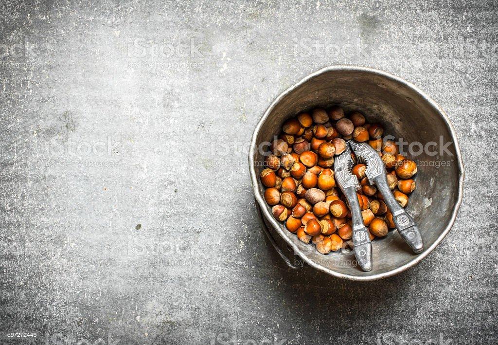 Hazelnuts with Nutcracker in the old pot. photo libre de droits