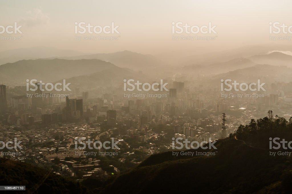 paisaje brumoso de caracas vista desde el Ávila al atardecer con contaminación - Foto de stock de Aire libre libre de derechos