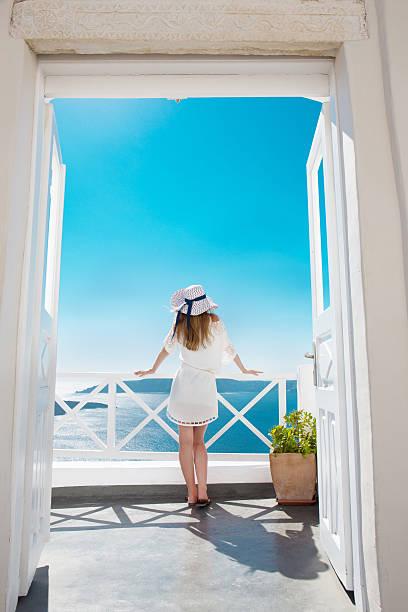 Hübsche Frau im weißen Kleid auf Santorini in Creta Hübsche Frau im weißen Kleid auf Santorini in Creta sun shining through dresses stock pictures, royalty-free photos & images