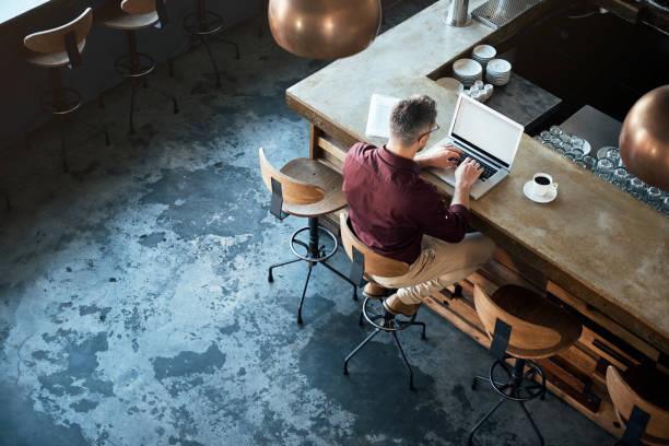 er genießt remote arbeiten - cafe stock-fotos und bilder