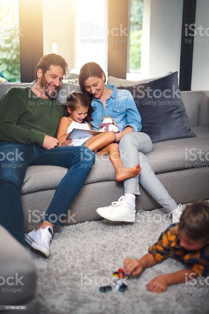 Er liebt sein Spielzeug und sie liebt ihre cartoons – Foto
