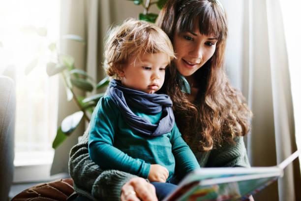he loves it when i read to him - reading zdjęcia i obrazy z banku zdjęć