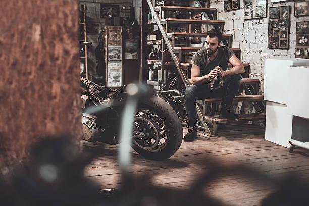 he needs a little break. - motorrad männer stock-fotos und bilder