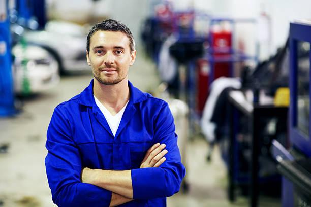 er bietet einen bewährten service fahrzeug wartungsarbeiten - legere arbeitskleidung stock-fotos und bilder