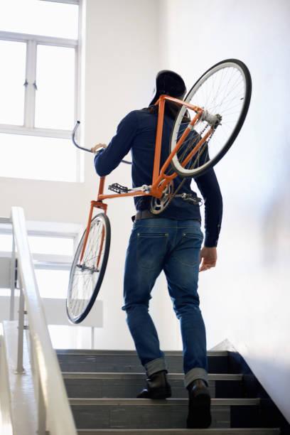 er bevorzugt umweltfreundlichen verkehr - fahrradträger stock-fotos und bilder