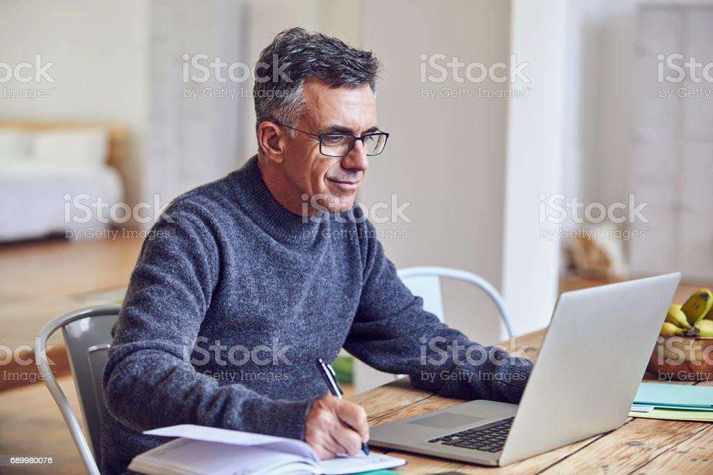 Ele trabalha duro, em casa ou no escritório - foto de acervo
