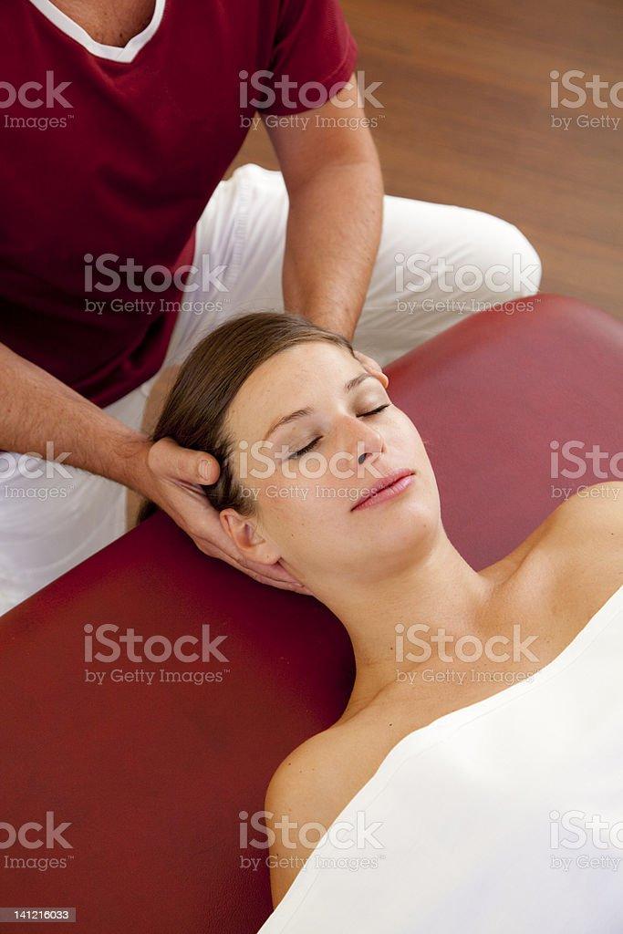 Kopf- und Nackenmassage einer schönen Frau – Foto