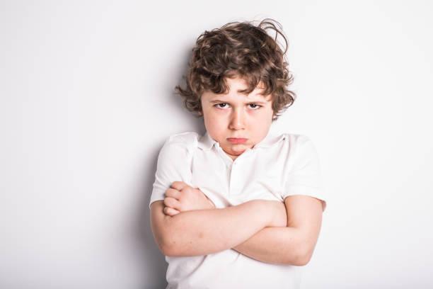頭と肩クローズ アップ肖像画の若い少年の不機嫌になる態度 - 羨望 ストックフォトと画像