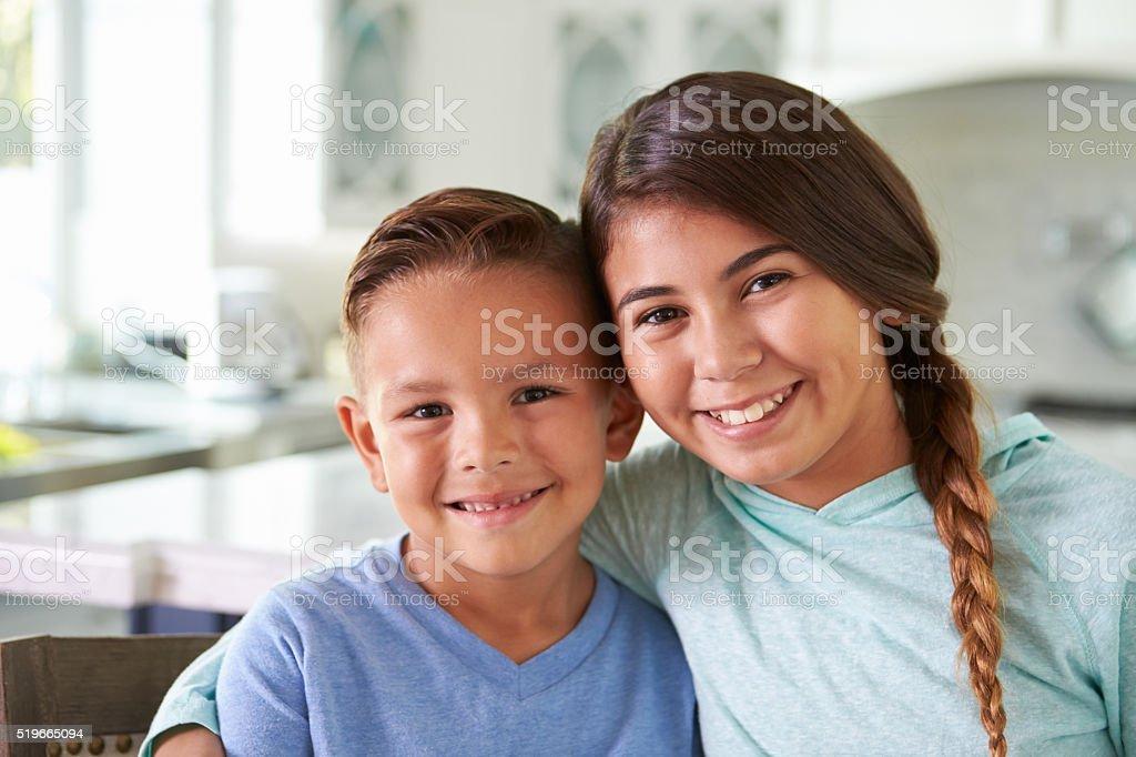 Tête et épaules Portrait De Hispanique les enfants à la maison - Photo