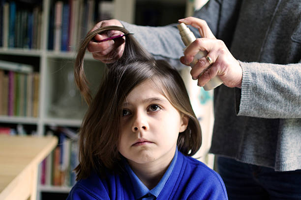 head lice behandlung - kopfläuse was tun stock-fotos und bilder