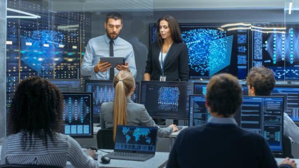 chef du département et chef de projet discuter des processus de travail à l'aide de données sur tablet pc. builds d'équipe multiethnique réseau de neurones avec apprentissage automatique intégré. - chef de projet photos et images de collection
