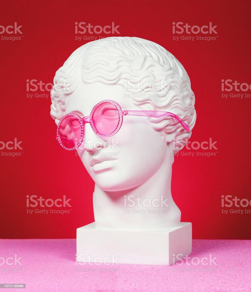 Hoofd sculptuur met roze bril - Royalty-free Albast Stockfoto