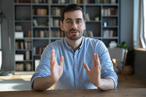 話をしている男性の写真|KEN'S BUSINESS|ケンズビジネス|職場問題の解決サイト