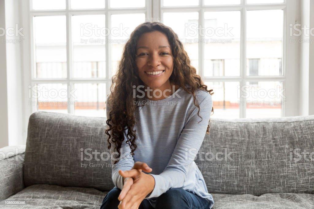 Kopf geschossen Porträt attraktive afroamerikanische Frau – Foto