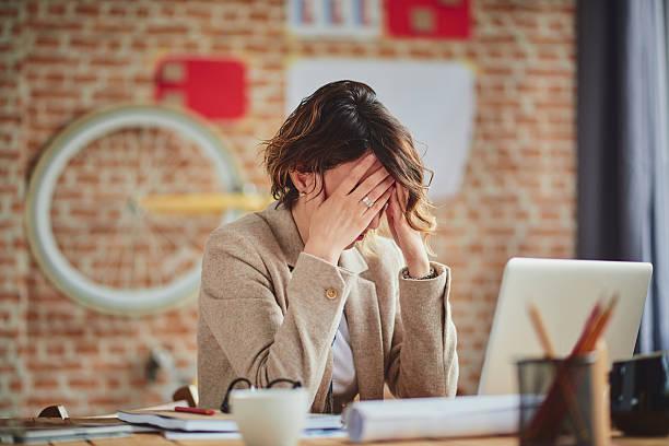 maux de tête dans le bureau - pression physique photos et images de collection