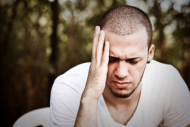 kopfschmerz - migräne vorbeugen stock-fotos und bilder