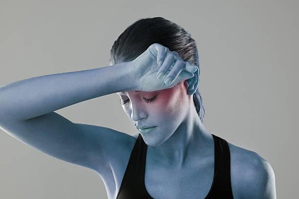 headaches are of a high concern - mit muskelkater trainieren stock-fotos und bilder