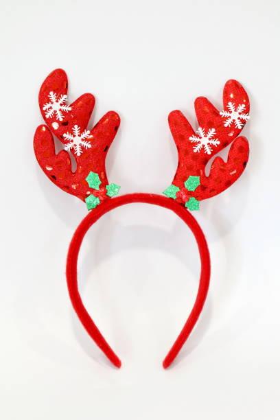 stirnband weihnachten, renwild geweih rote puppe stirnband-haarbürste hut für festival von weihnachten und neujahr isoliert auf weißem hintergrund - deko geweih stock-fotos und bilder