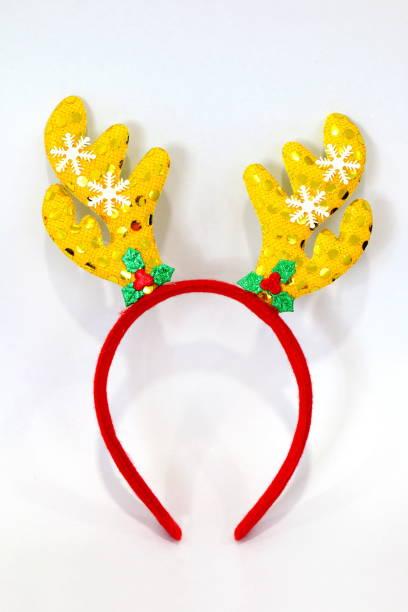 stirnband weihnachten, renwild geweih gelb rot puppe stirnband-haarbürste hut für festival von weihnachten und neujahr isoliert auf weißem hintergrund - deko geweih stock-fotos und bilder