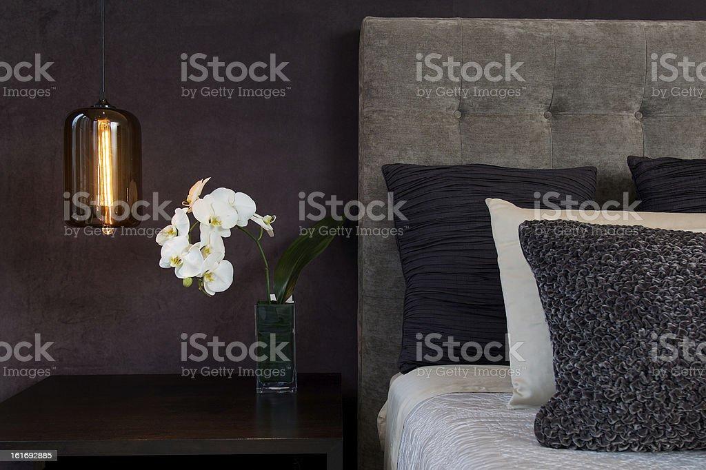 Dettaglio Testata Del Letto Con Cuscini E Lampada Fiori Di Orchidea