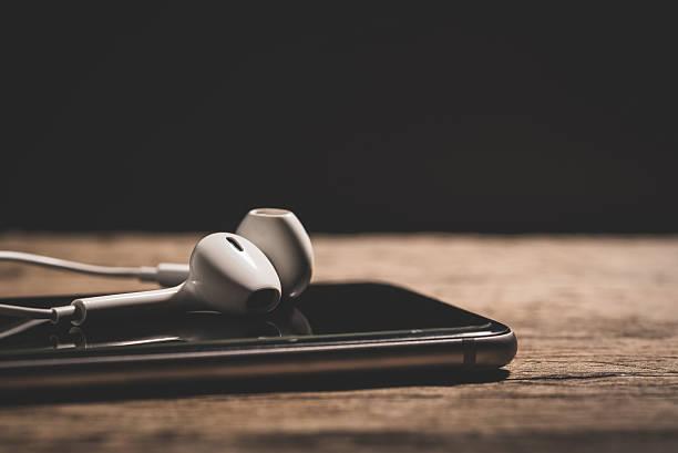Headphone and phone media portable on dark tone. – Foto