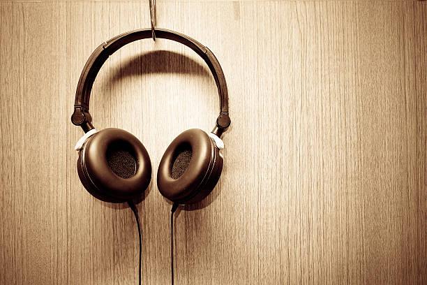 auricular colgar en la pared de madera - auriculares equipo de música fotografías e imágenes de stock