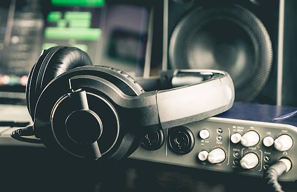 headphone with other professional audio studio equipments. - auriculares equipo de música fotografías e imágenes de stock