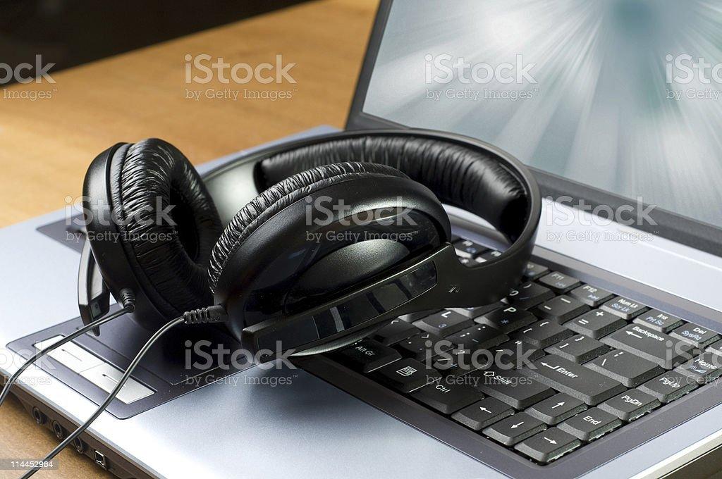 Słuchawki i laptopa – zdjęcie