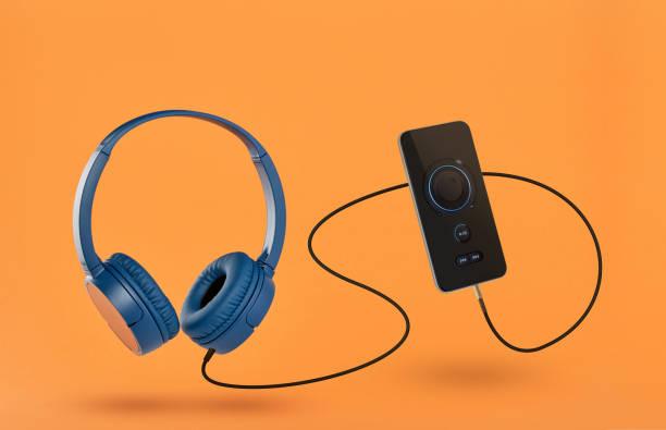 Kopfhörer und Mobiltelefon – Foto